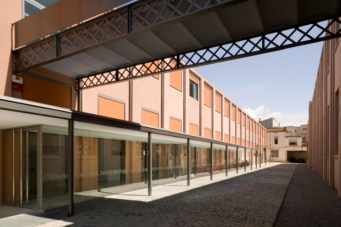 Biblioteca en nau industrial